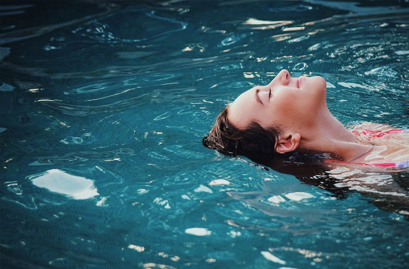 how long can chlorine stay in your hair?